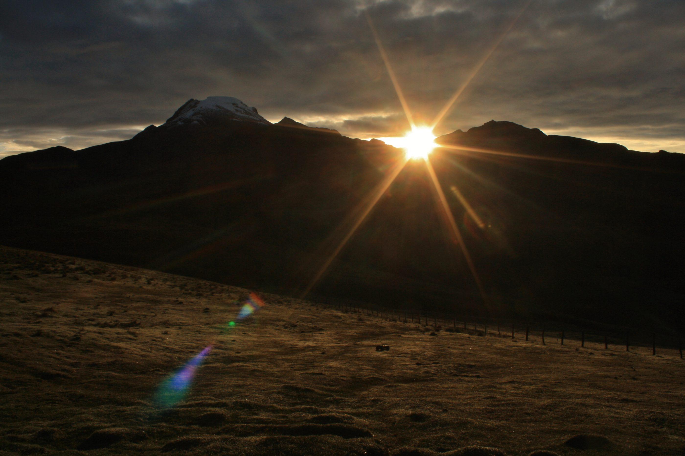 "Sonnenaufgang über dem Nevado del Tolima (Dulima) am letzten Tag der Wanderung an der Finca ""La Primavera"""