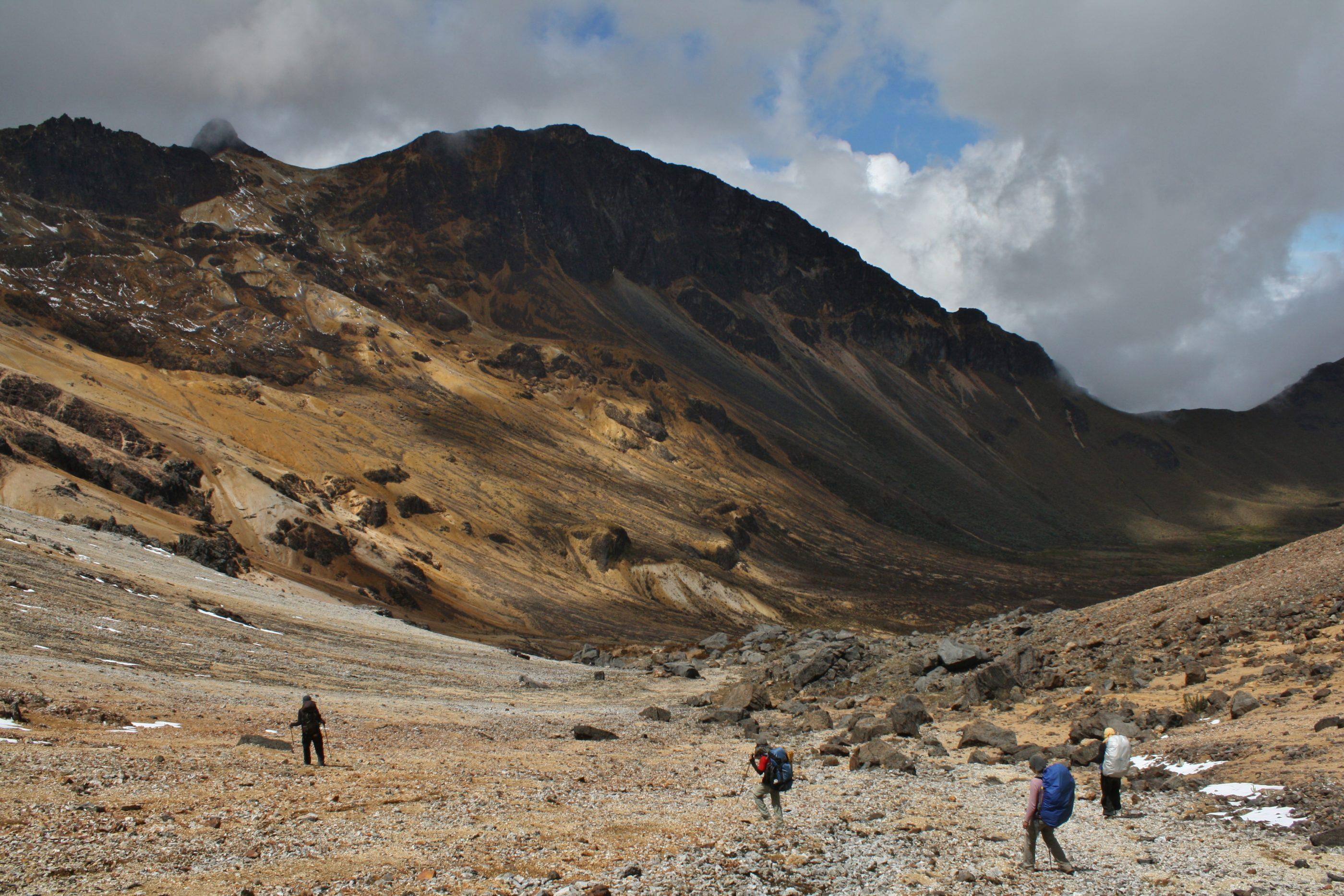 Abstieg in einer unwirklichen Vulkanlandschaft